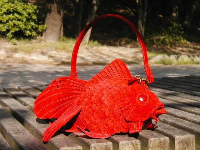 Így mutat a táska pirosban a szárazföldön.