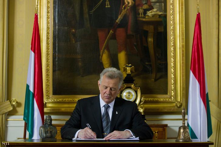 Schmitt Pál akkor államfő aláírja Magyarország új Alaptörvényét, 2011. április 25-én.