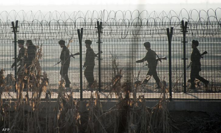 Észak-koreai katonák járőröznek a kínai határ mellett