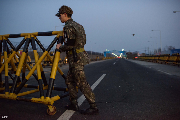 Katonák barikádozzák el a két Korea határát a keszongi ipari parknál.
