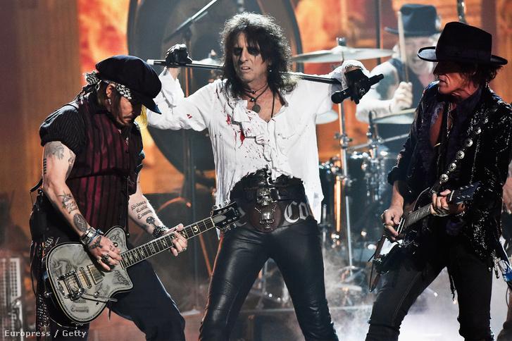 Alice Cooper, Johnny Depp és Joe Perry, a Hollywood Vampires szupergroup három tagja éppen Lemmy előtt tiszteleg.