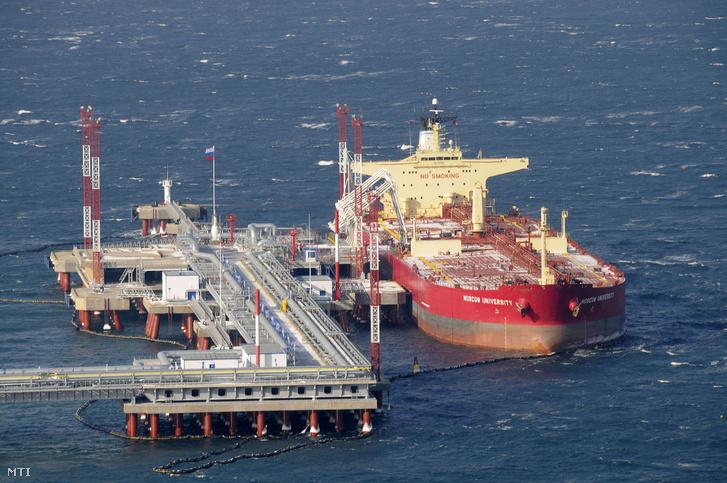 Tartályhajó horgonyoz az orosz olajkivitel egyik kikötőjében a Csendes-óceán partján fekvő Kozminóban.