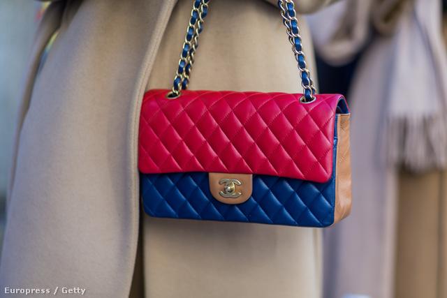 Ilyen színesebb Chanel táskákba is érdemes befektetni.