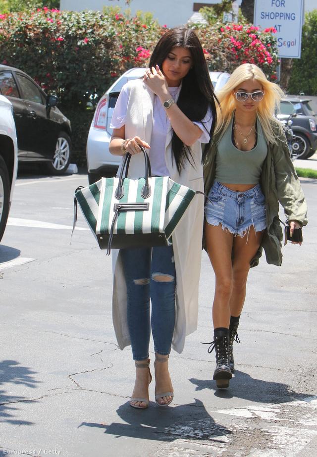 Kylie Jenner egy fehér-zöld csíkosLuggage Phantom Celine táskával flangál.