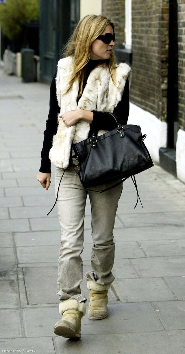 Kate Mossnak játszósruhával is jól áll a luxustáska.