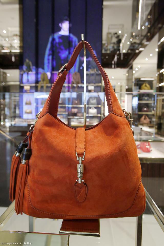 Puha velúrból készült a narancs színű Jackie táska.