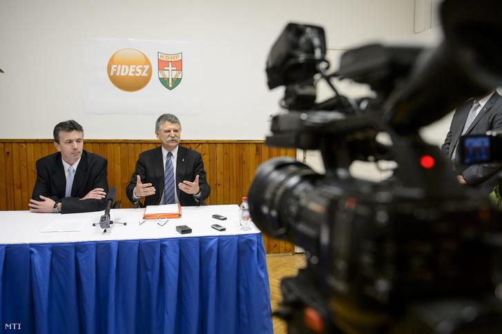 Kövér László az Országgyűlés elnöke (j) és Simon Tibor a Fidesz-KDNP pártszövetség polgármesterjelöltje sajtótájékoztatót tart Aktuális politikai helyzetértékelés címmel Salgótarjánban.