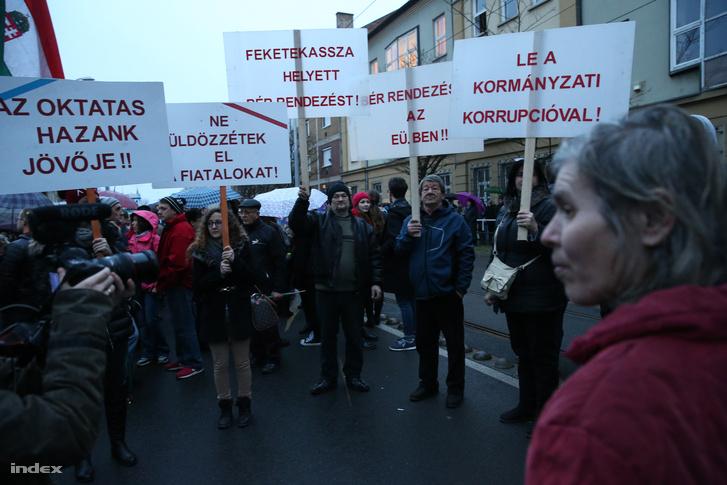 Pedagógusok tüntetnek Miskolcon, 2016. február 3-án.