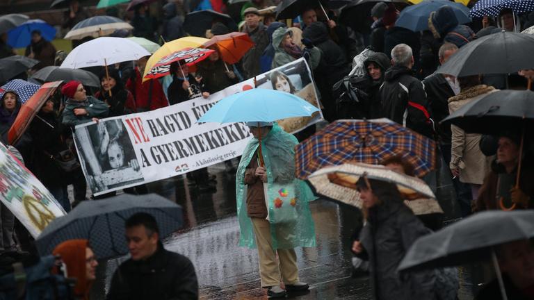 Ön szerint a tüntető gimnázium Klik-féle csuklóztatásával visszatért a pártállam?
