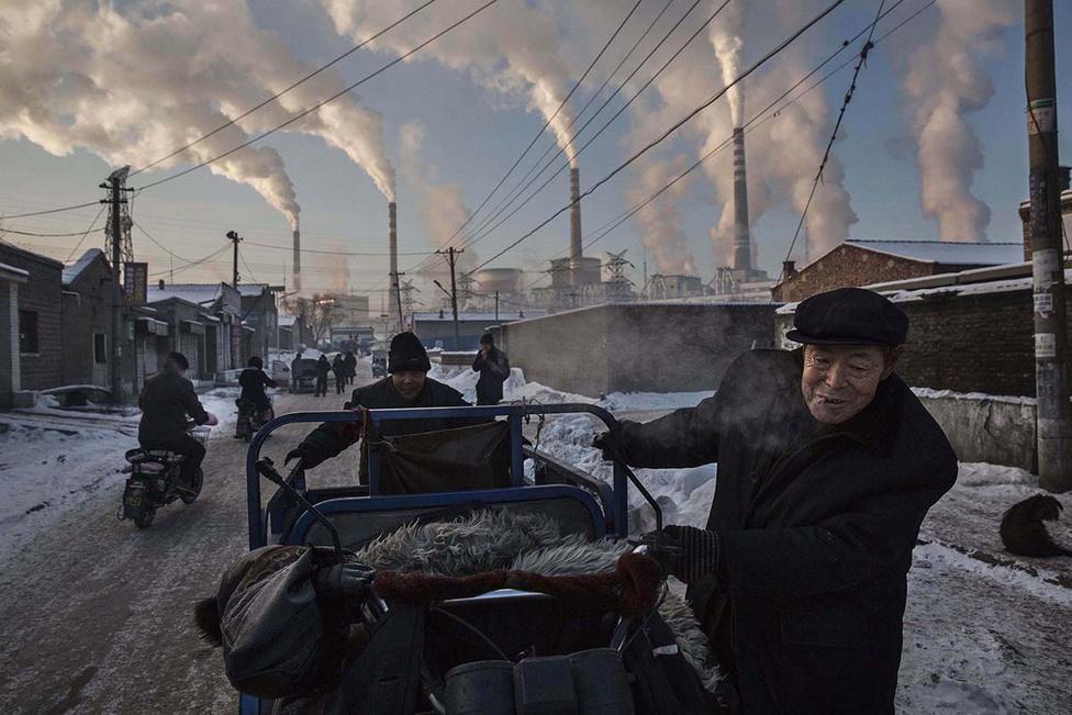 Hétköznapok 1. hely Kína függőségeiről csinált fotósorozatot Kevin Frayer, ez a kép a szénről szól.