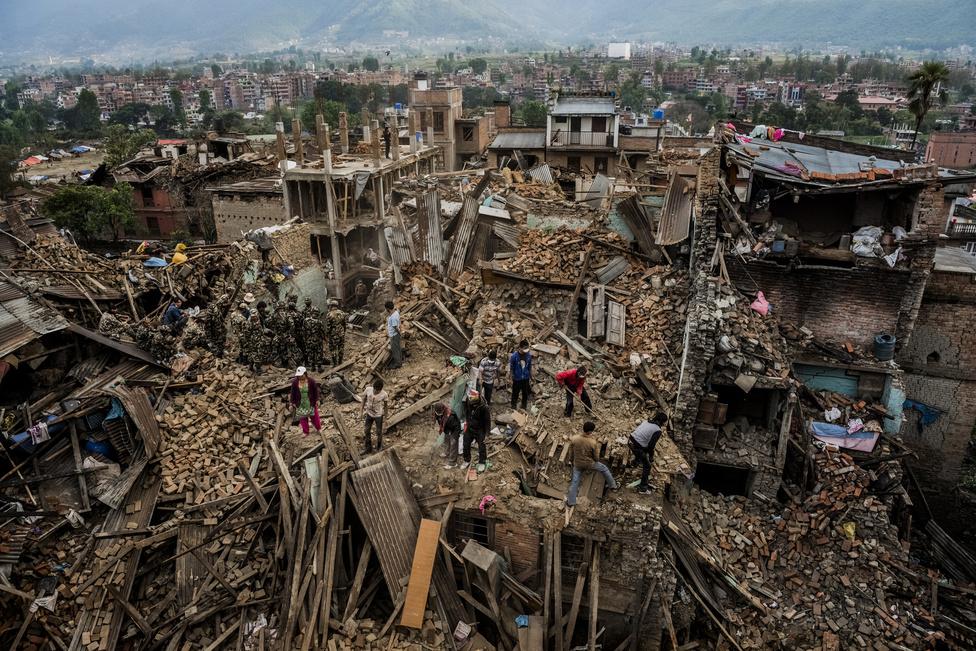 Hír kategória 3. hely (sorozat) Túlélők után kutatnak a romok között az áprilisi Nepáli földrengés után.