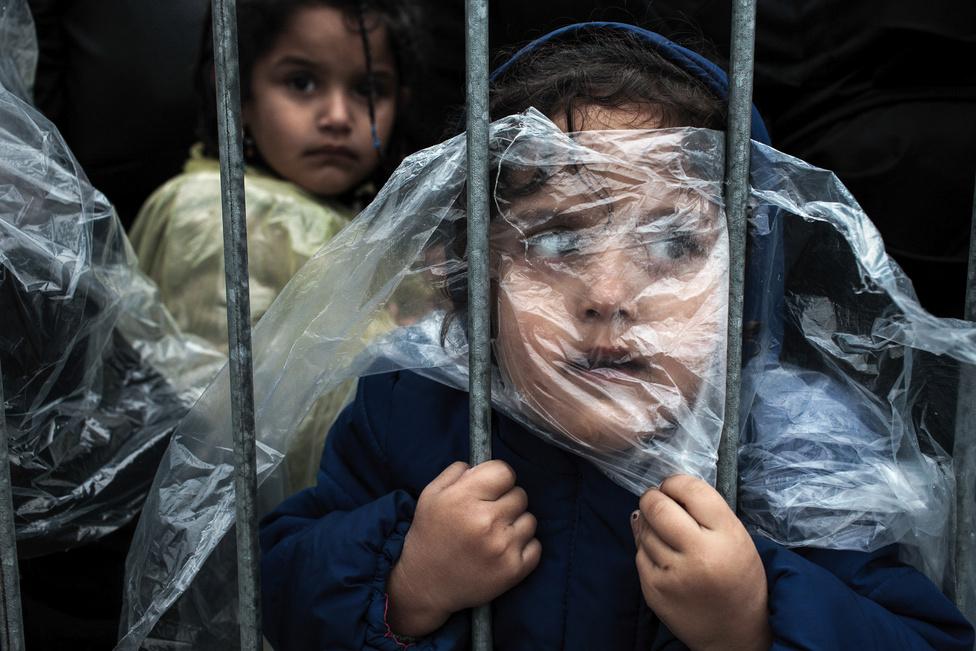 Emberek a hírekben - 1. hely Menekült kislány várakozik a regisztráció előtt Presevóban