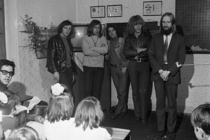 Az Omega együttes tagjai, Mihály Tamás, Molnár György, Laux József, Kóbor János, Benkő László. Tévét adományoznak egy vidéki iskolának. (1970)
