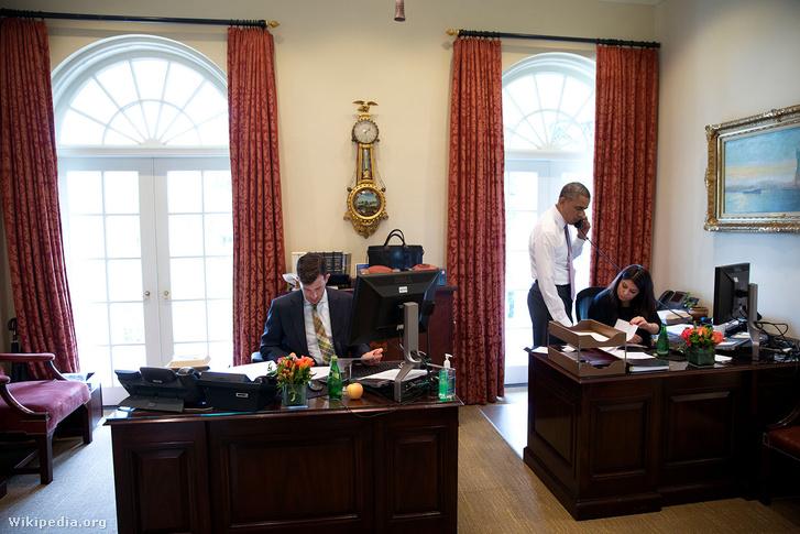 Mosteller és Obama az ovális iroda előterében