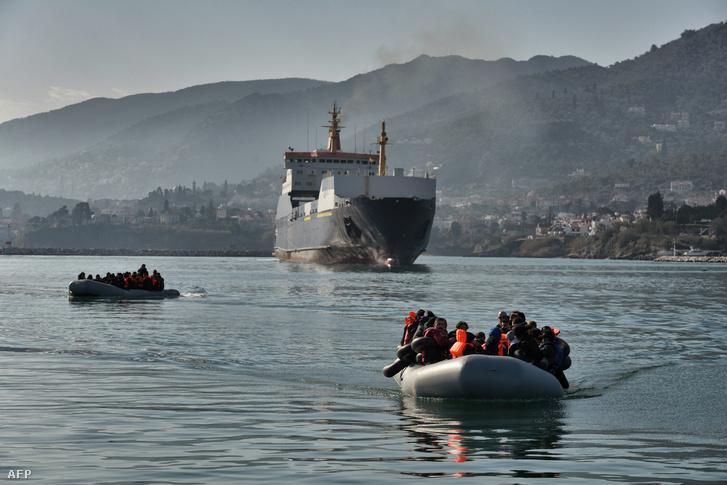 Törökország felől érkező menekültek a görög szigeteknél
