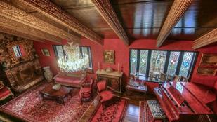 Látott már kívülről átlagos háznak álcázott középkori kastélyt?