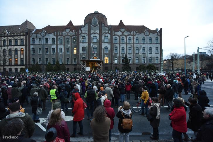 Tüntetők a Teleki Blanka Gimnázium előtt