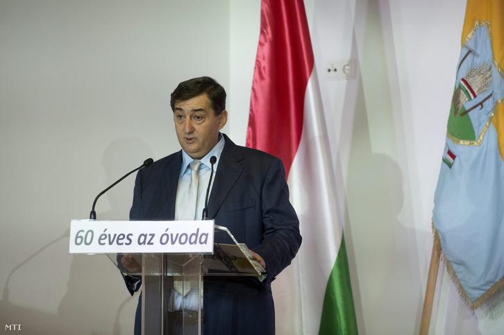 Mészáros Lõrinc polgármester beszédet mond a Kastély Óvoda alapításának 60. évfordulója és az óvoda történetérõl szóló kiadvány bemutatója alkalmából rendezett ünnepségen Felcsúton a faluházban 2015. november 7-én.