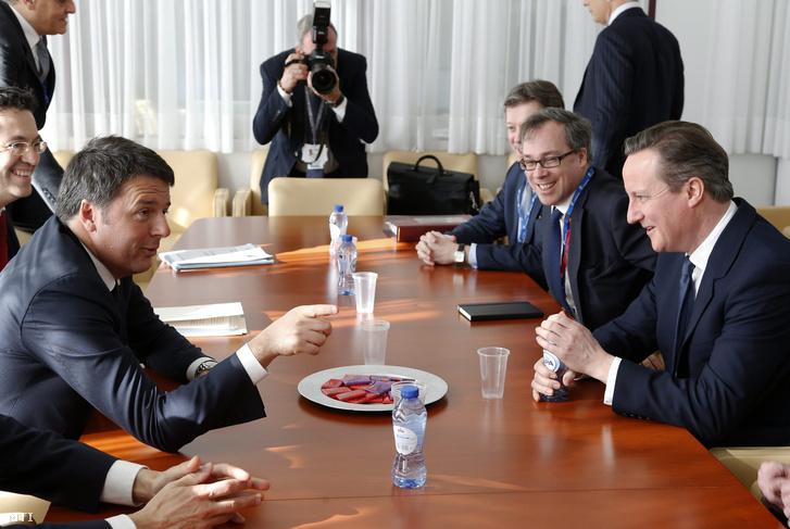 David Cameron brit miniszterelnök (j) és Matteo Renzi olasz kormányfõ tárgyal az Európai Unió kétnapos brüsszeli csúcstalálkozójának második napján.