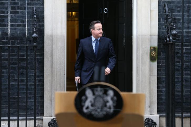 David Cameron a kormány szombati ülése után tartott sajtótájékoztatóra érkezik Londonban a Downing Street 10., a brit miniszterelnöki rezidencia elé, 2016. február 20-án. David Dameron a kormányülés után tartott sajtótájékoztatóra érkezik, 2016. február 20-án.