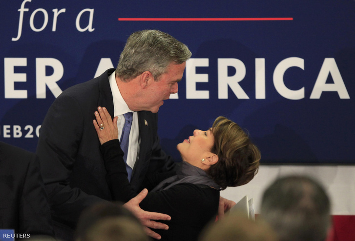 Bush és felesége csókkal búcsúzott