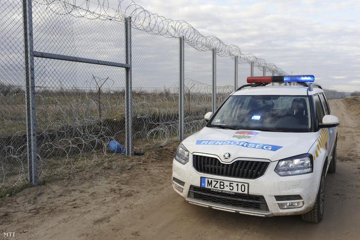 Rendőrautó Röszke közelében
