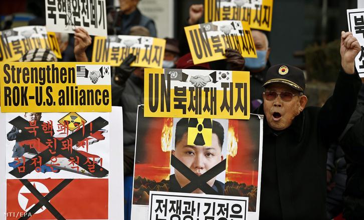 Egy dél-koreai tüntető Kim Dzsong Un első számú észak-koreai vezetőnek, a Koreai Munkapárt első titkárának portréjával a kommunista ország nukleáris programja elleni tüntetésen Szöulban 2016. február 22-én.