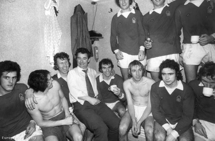 A Nottingham Forest menedzsere, Brian Clough a csapattagokkal az öltözőben 1975-ben. A játékosok között Martin O'Neill (első sor, jobbról a második) a Leichester City későbbi menedzsere.