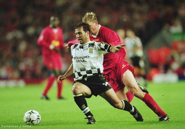 Erwin Sancher a Boavista játékosa a Liverpool csatára, Stephane Henchoz ellen, 2001-ben