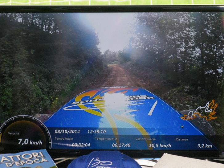 Itt pedig a képernyőn lehet nyomon követni a traktort, látszanak a főbb adatok is