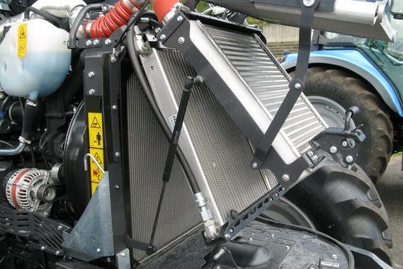 Tisztításhoz legyezőszerűen nyitható szét a motor, a turbó és a hidraulika hűtője