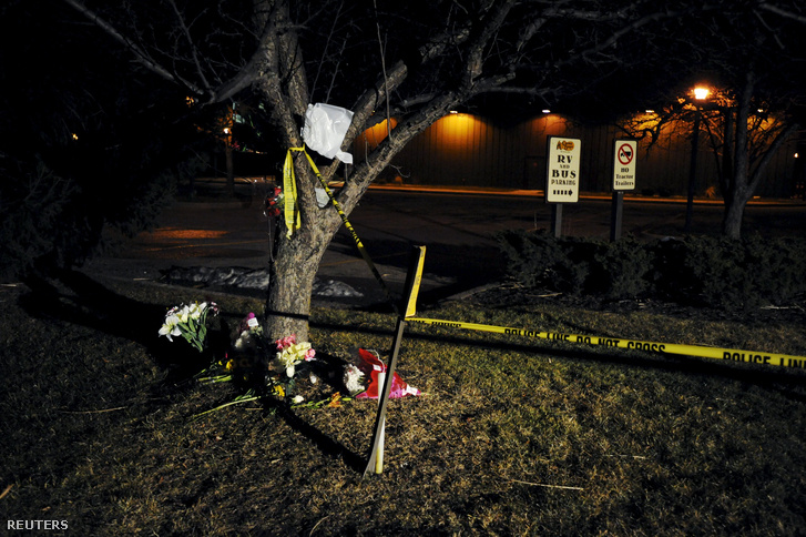Virágokkal emlékeznek az áldozatokra a Craker Barrel étterem közelében, a lövöldözés egyik helyszínén, 2016. február 21-én.