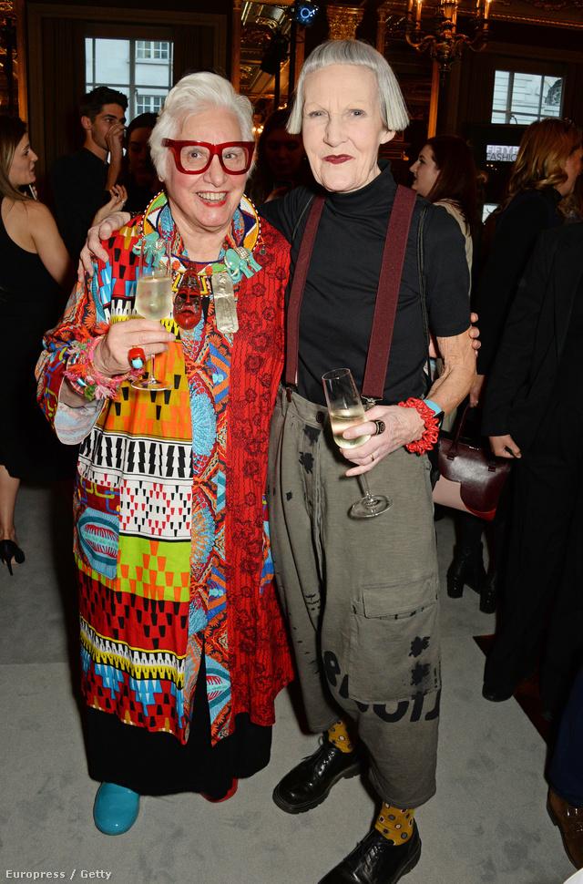 """A kollekciónál már csak az esemény közönsége volt menőbb. A képen a művész, Sue Kreitzman és a magát """"fashionistának"""" nevező Jean Woods látható."""