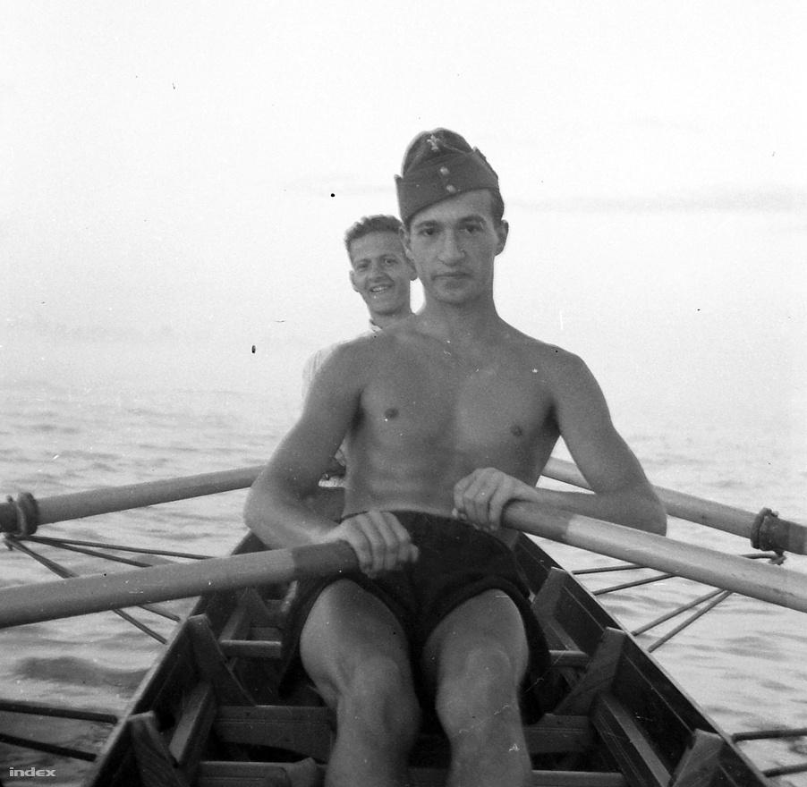 A fotó 1939-ben készült, úgyhogy az 1921-ben született Kotnyek Antal 18 éves ezen a képen.