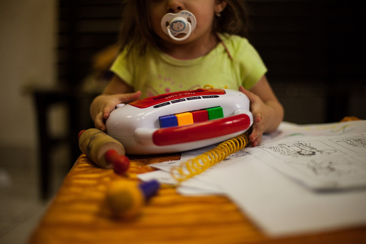 Kislány a játszószobában