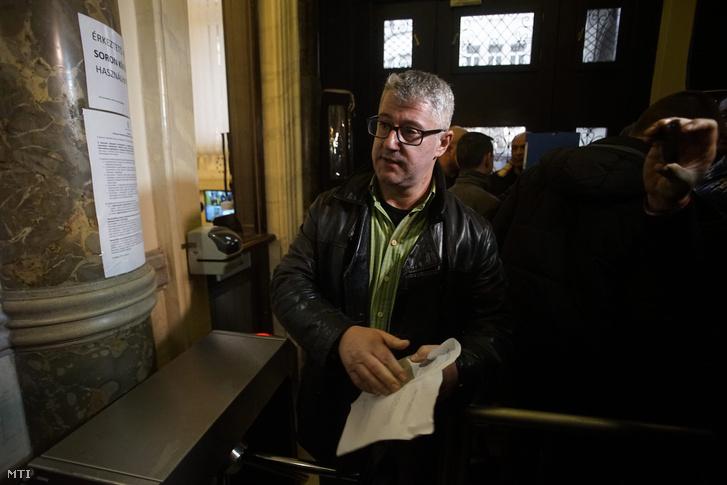 Nyakó István MSZP-s politikus volt országgyûlési képviselõ Budapesten a Nemzeti Választási Iroda épületében 2016. február 23-án miután megszûnt az üzletek vasárnapi zárva tartására vonatkozó népszavazási kérdés védettsége.