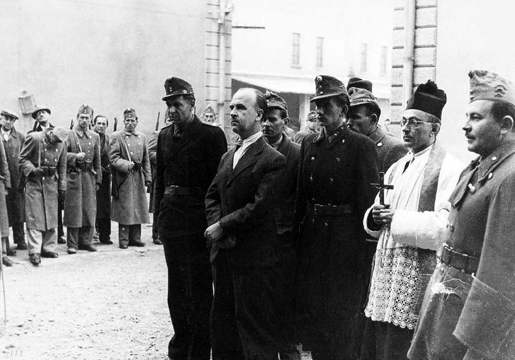 1947. október 23. A köztársaság elleni összeesküvés koholt vádjával a Magyar Közösség elleni koncepciós perben halálra ítélt dr. Donáth György (elöl k) kivégzése előtt, a Kozma utcai Gyűjtőfogház udvarán.