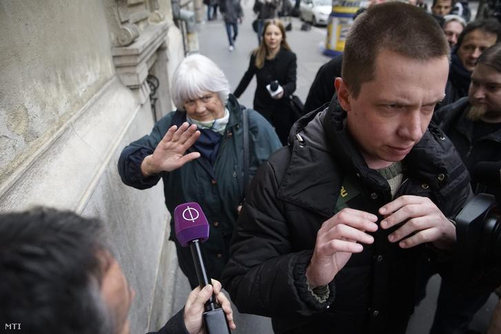 Az Erdösi Lászlóné és az őt kísérő férfi távozik a Nemzeti Választási Iroda épületéből 2016. február 23-án