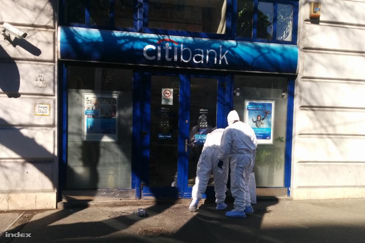 Rendőrségi helyszínelők dolgoznak a banknál