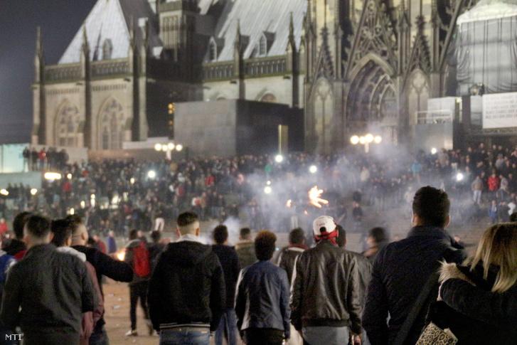 A kölni dóm előtti tömeg 2015. december 31-én, szilveszter éjszaka
