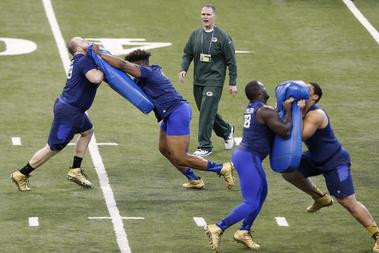 Támadófalemberek mutatják be blokkolási képességüket a Green Bay Packers egyik edzőjének vezetésével