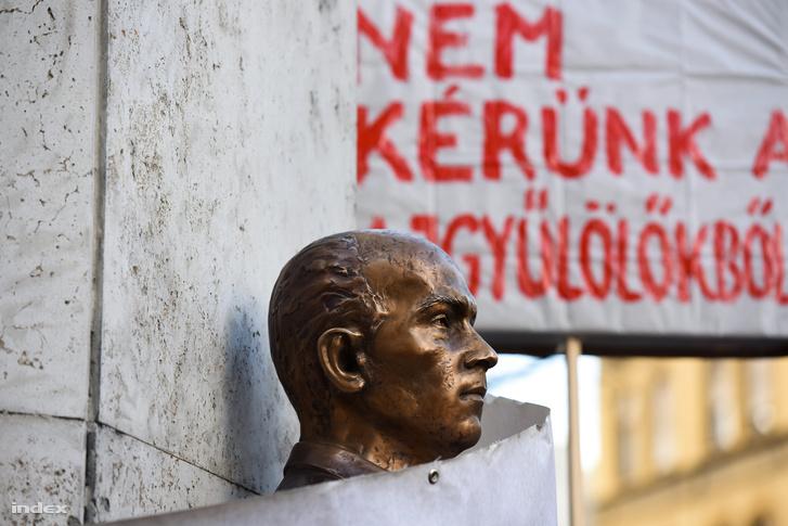 """""""Ilyen embernek szobrot avatni közbotrány"""" – nyilatkozta korábban Ungváry Krisztián történész."""