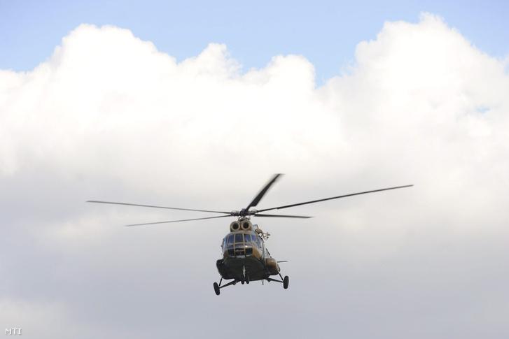 Mi-8-as katonai helikopter Mórahalom térségében
