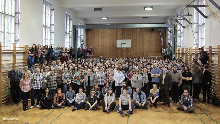 A Kőbányai Szent László Gimnáziumból is sok tanár és diák öltözött ma szolidaritásból kockás ingbe.