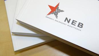 Ollózott könyvvel tárja fel a múltat a Nemzeti Emlékezet Bizottsága