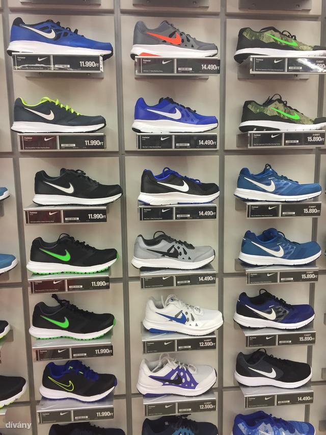 Sportsdirect: Kicsit olyan érzésünk volt a boltban, mintha csak pár fazon lenne, de az minden létező színkombinációban. Ez jó hír, ha ezek között van olyan típus, ami önnek bejön.