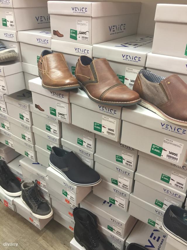 Deichmann: tizenöt helyett most csak hatezer forint ez  cipő, szerintünk azonban még így sem éri meg. Zoknival furán néz ki, zokni nélkül pedig beleizzad a lába.
