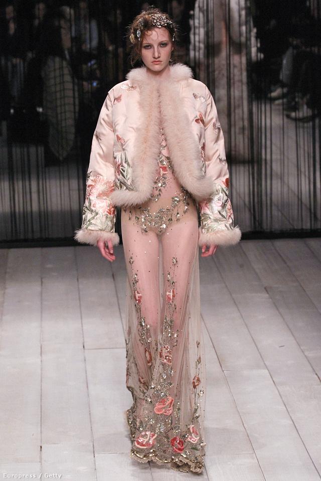 Szőrmés kabáttal hordják a drágakövekkel kirakott pucérruhát a celebnők 2016-ban.