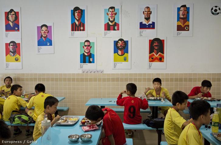 Sztárok tablói egy kínai fociakadémián