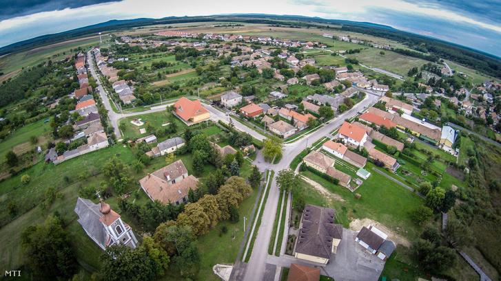 Drónnal készült felvétel Kolontárról 2015. szeptember 30-án